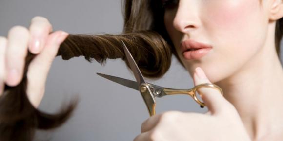 Come tagliarsi e tingersi i capelli da soli