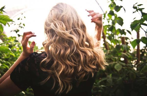 Arricciare i capelli: 3 modi per farlo senza piastra